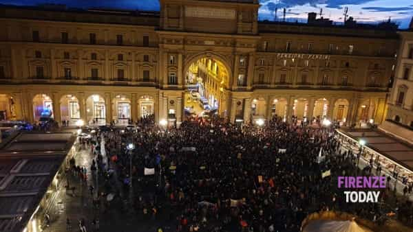 Salvini a Firenze: piazza della Repubblica piena per la contro-manifestazione / VIDEO