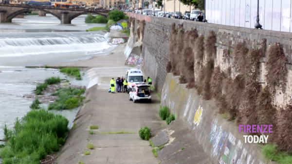 Recuperato uomo in Arno: inutile la rianimazione, muore dopo i soccorsi / video