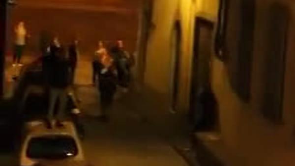 Caos Santa Croce: ragazzi saltano sul tetto dell'auto / VIDEO