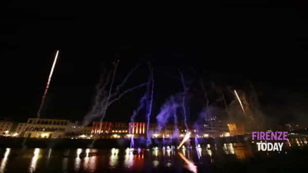 """""""Magie"""" sull'Arno per Pitti: fuochi d'artificio e spettacoli d'acqua / VIDEO"""