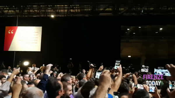 Leopolda 10: l'ovazione per l'ingresso di Renzi / VIDEO