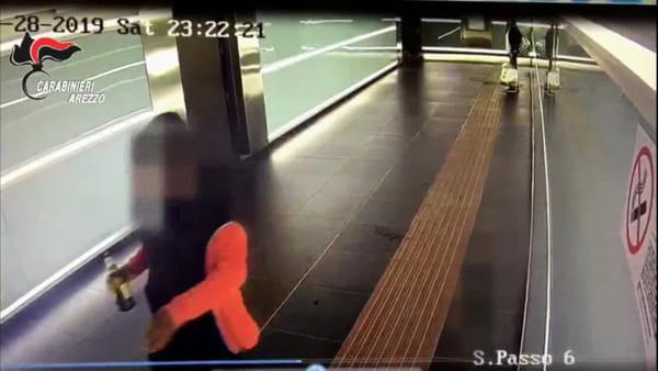 Pugno in faccia ad una ragazza nel sottopasso ad Arezzo. Il video choc