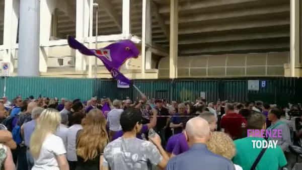 """Fiorentina: centinaia di tifosi fuori dallo stadio in attesa di incontrare """"Rocco"""" / VIDEO"""