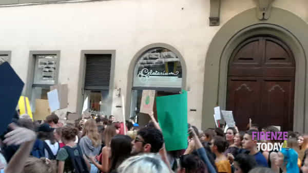 Friday For Future, migliaia in piazza a Firenze per lo sciopero del clima / VIDEO