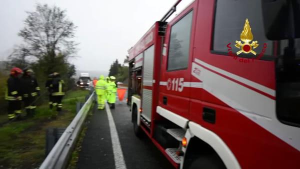 Incidente sulla superstrada FiPiLi: auto fuori strada / VIDEO