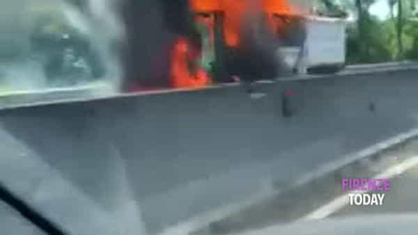 Tir prende fuoco sulla superstrada FiPiLi / VIDEO