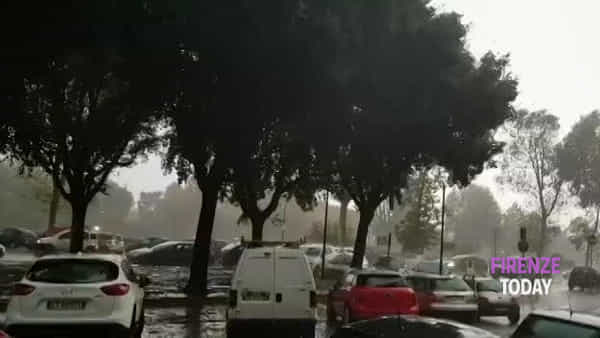 Maltempo: bomba d'acqua su Firenze / VIDEO
