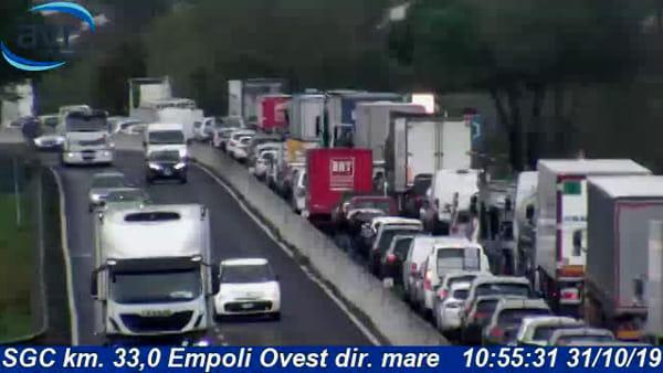 Incidente sulla superstrada FiPiLi: traffico bloccato
