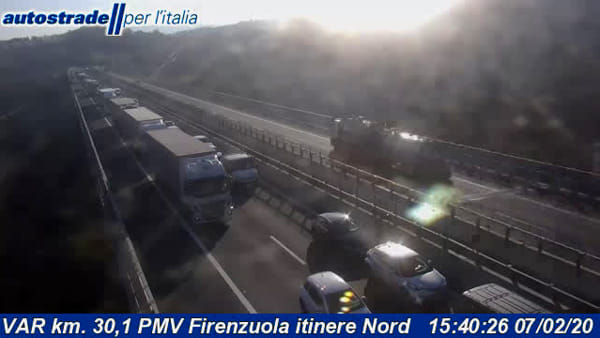 Traffico sull'autostrada A1: camion in fiamme