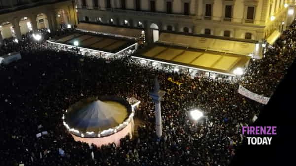 Sardine a  Firenze: piazza della Repubblica strapiena / VIDEO