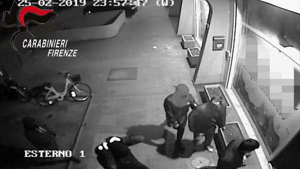 Rapine, spaccate e furti: le immagini shock diffuse dai carabinieri / VIDEO