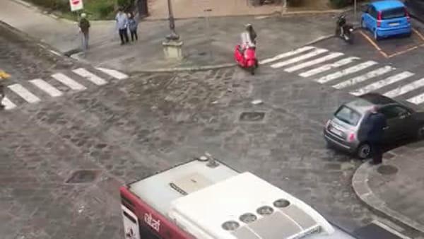 Borseggi in autobus in Via della Colonna: fuga in strada / VIDEO