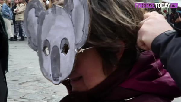 Emergenza incendi in Australia: presidio con maschere da koala / VIDEO