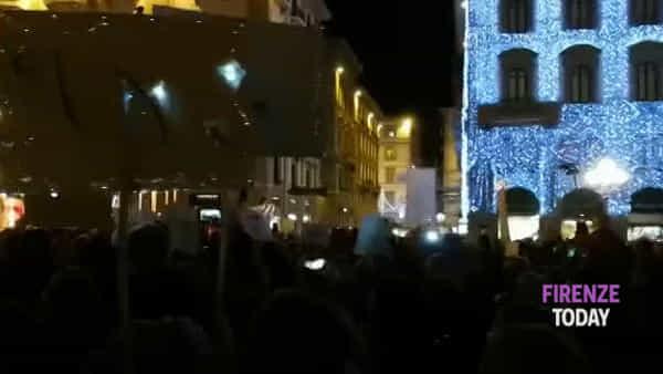 Le Sardine in piazza a Firenze cantano 'Bella Ciao'