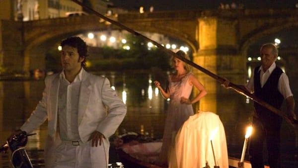 Spettacoli teatrali sulle barche in riva d'Arno