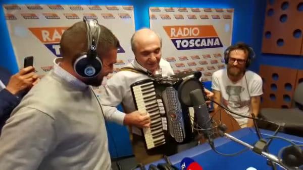 VIDEO \ Commisso show: suona l'inno della Fiorentina con una fisarmonica