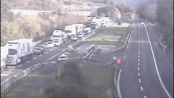 Mezzo in fiamme in autostrada A1: traffico bloccato e lunghe code / VIDEO