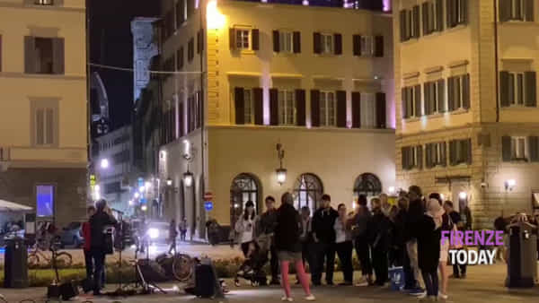 "Santa Maria Novella: ""incivili"" urinano sui muri, il menestrello blocca lo show in piazza / VIDEO"