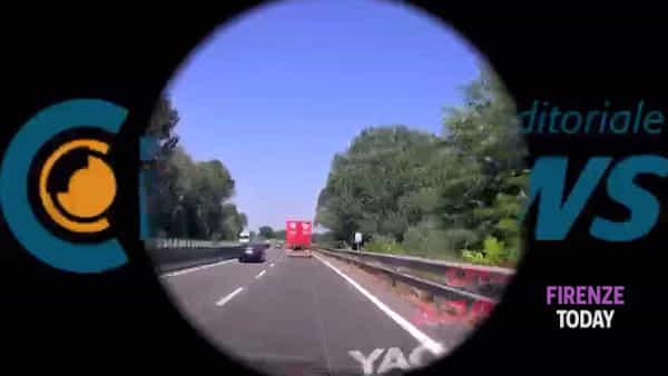 Superstrada FiPiLi: tir perde pezzi di legno dal rimorchio / VIDEO