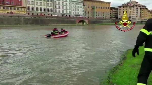 VIDEO| Uomo in Arno: l'intervento dei vigili del fuoco