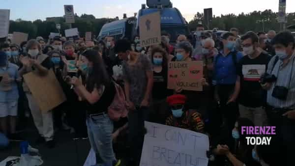 "Presidio per George Floyd, tutti in ginocchio e poi esplode l'applauso: ""I can't breathe"" / VIDEO"