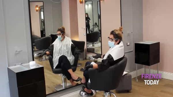 Fase 2, addio barba incolta e capelli bianchi: riaprono i parrucchieri / VIDEO