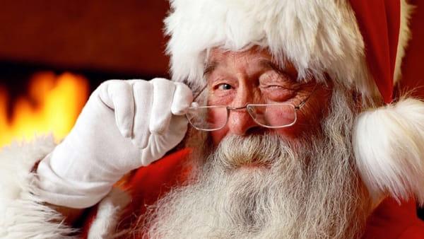 Auguri dall'alto: Babbo Natale e gli elfi scendono da Palazzo Vecchio