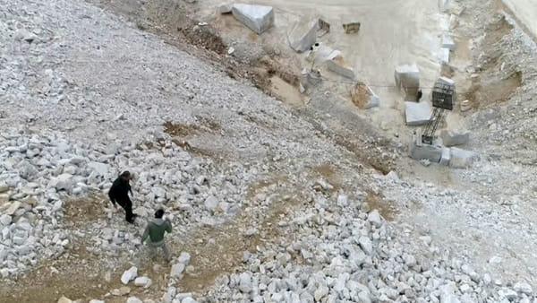 Statue in marmo rotolano giù dalle cave per diventare opere d'arte /  VIDEO