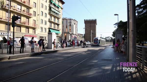 Passeggeri della tramvia in attesa sotto il sole: è utile la copertura delle pensiline? / VIDEO
