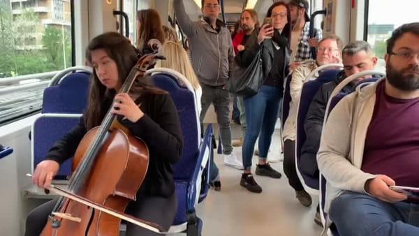 Concerto in tramvia per presentare illibro di Gianluca Giordano / VIDEO