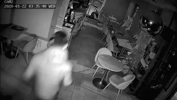 Furto al Duomo: i malviventi non si accorgono della telecamera / VIDEO