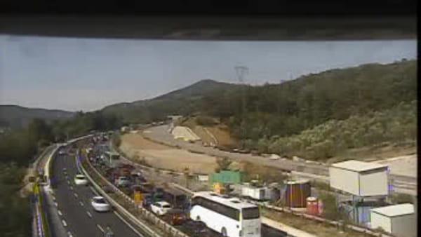 Pullman in fiamme: chiusa l'autostrada A1 e poi riaperta, 10 chilometri di coda / VIDEO