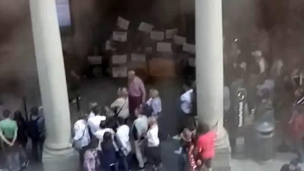 Protesta agli Uffizi per chiedere la fine dell'attacco turco in Siria / VIDEO